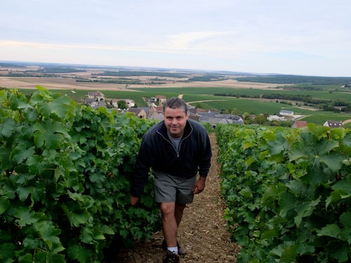 Claude Champault driver vinhus Roger Champault utanför Sancerre.