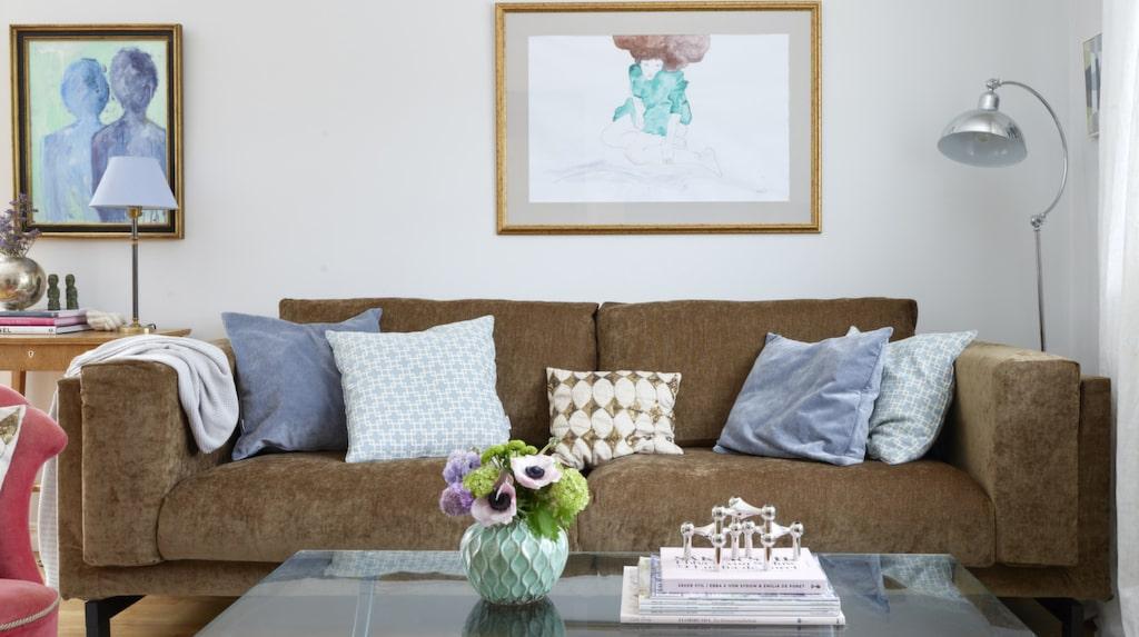 Soffa Nockeby från Ikea med klädseln Zaragoza vintage velvet acorn från Bemz. Tavlan över soffan är en parafras av Michaela.