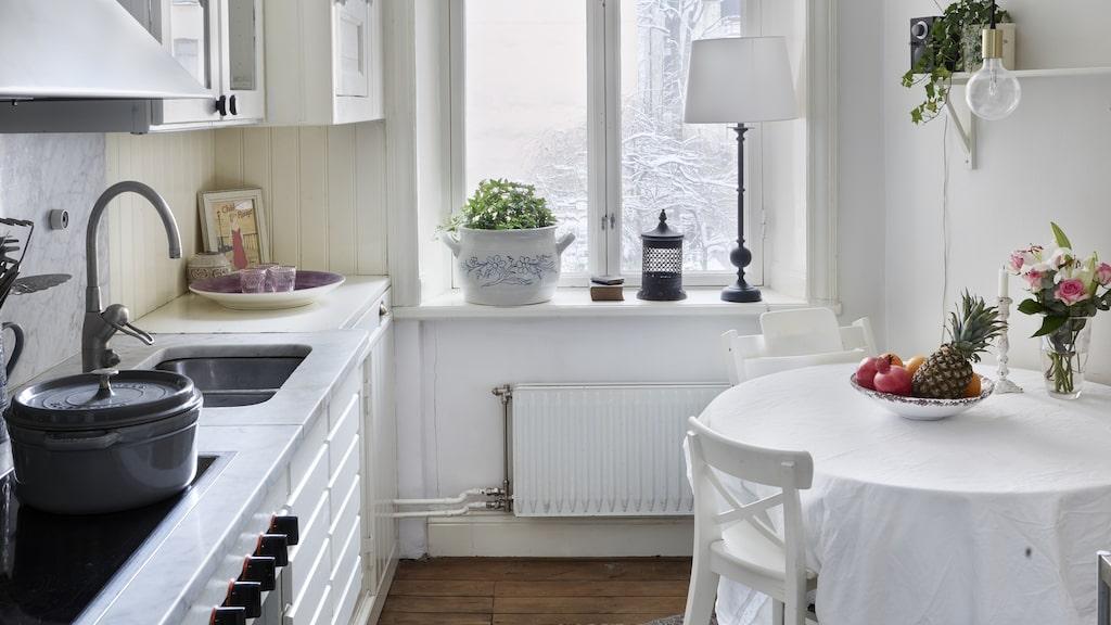Köket är litet men naggande gott och upplevs som lite större när de målade det vitt. Trots storleken så ryms en matplats.