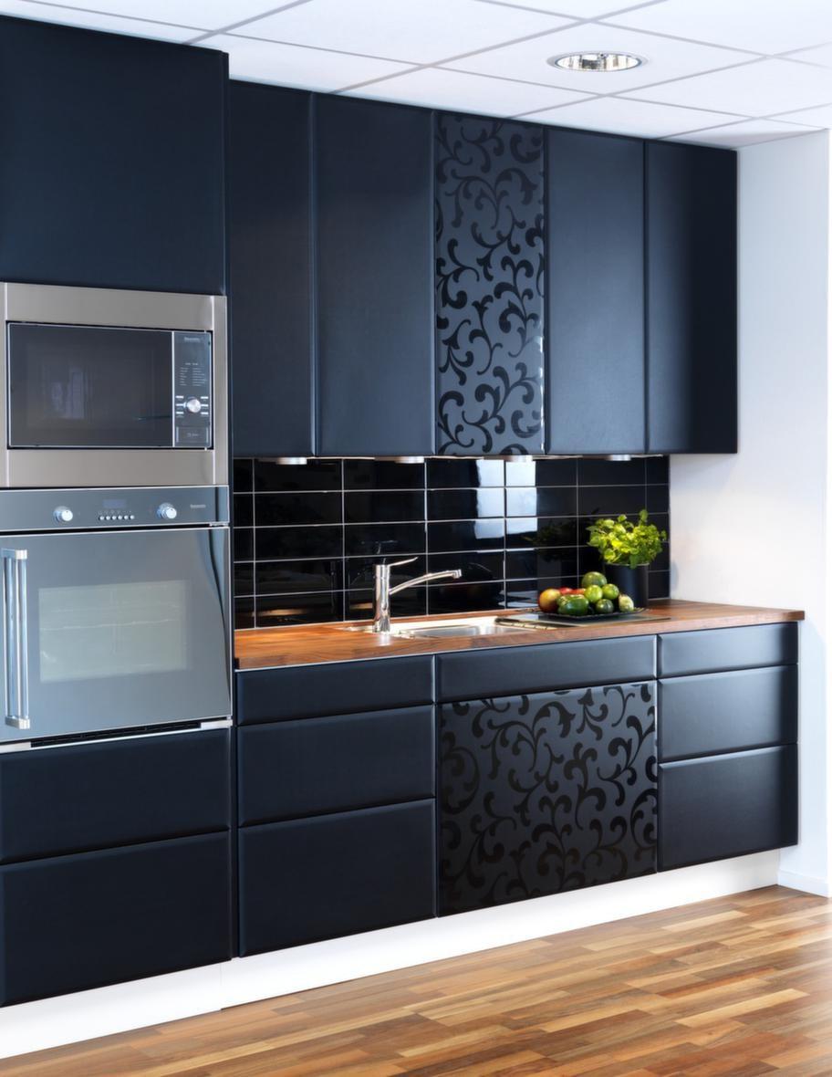 """<strong>Velvet art, Norddesign kök</strong><br><span style=""""text-decoration: underline;"""">""""Sammet"""" med dekor</span><br>Velvet art är en serie med luckor i matt yta som ska påminna om sammet. Köket finns i svart eller vitt utförande. För att piffa till det kan man även välja luckor och lådfronter med ett högblankt mönster att varva med.<br>Pris: En köksrenovering med Black velvet och Black dekor kostar från 25 000 kronor."""