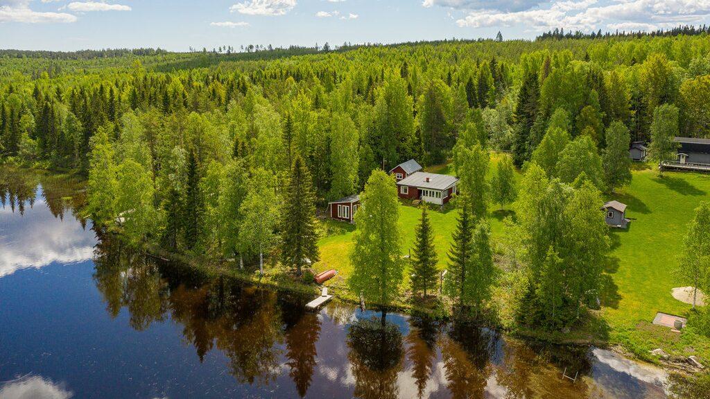 Just nu finns en hel del härliga fritidshus ute på marknaden. Det här, en sommarstuga med sjötomt utanför Örnsköldsvik, är ett av dem.