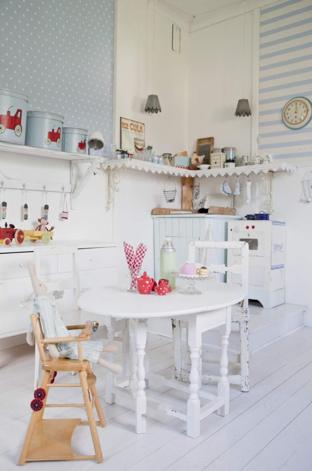 <p>Rena drömrummet med eget kök och massor av vackra detaljer. Äldre möbler med vacker patina, lite nytt och lite egensnickrat.</p>