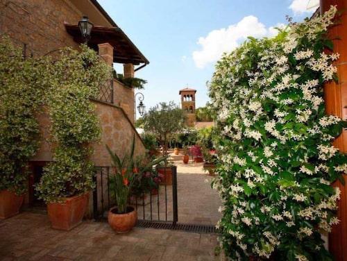 Degli Angeli i byn Magliano Sabina har hotell, restaurang och matbutik.
