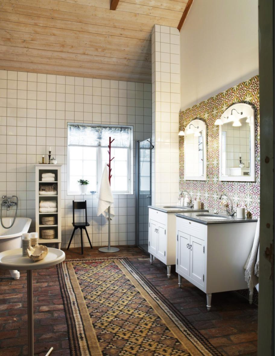 """<span style=""""text-decoration: underline;"""">Franskinspirerat i marmor - Louis, Vedum</span><br>Badrumsserien Louis har en gustaviansk prägel och tillverkas med hantverksmässig omsorg. Här har man tagit svensk tradition och placerat i ett franskinspirerat badrum. Det finns möjlighet att göra materialval i marmor och kalksten samt att välja matchande tillbehör. Levereras monterad.<br>Pris: Underskåp i vitt utförande med tvättställsskiva i Jämtlandskalksten, 21 012 kronor/styck, spegel inklusive lampetter, 3 508 kronor/styck."""