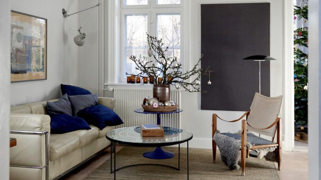 Soffan är från Le Corbusier, bordet är köpt på Rue Verte i Köpenhamn och mattan är från Linie design. En antik kelimkudde ligger på golvet och i safaristolen av Kaare Klint ligger ett fårskinn.