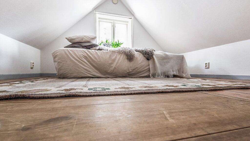 Ett av husets två sovloft.