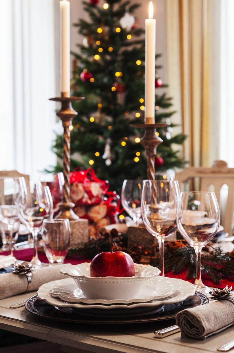 Juligt. Vacker juldukning med porslin och ljusstakar från Encore i Skövde.