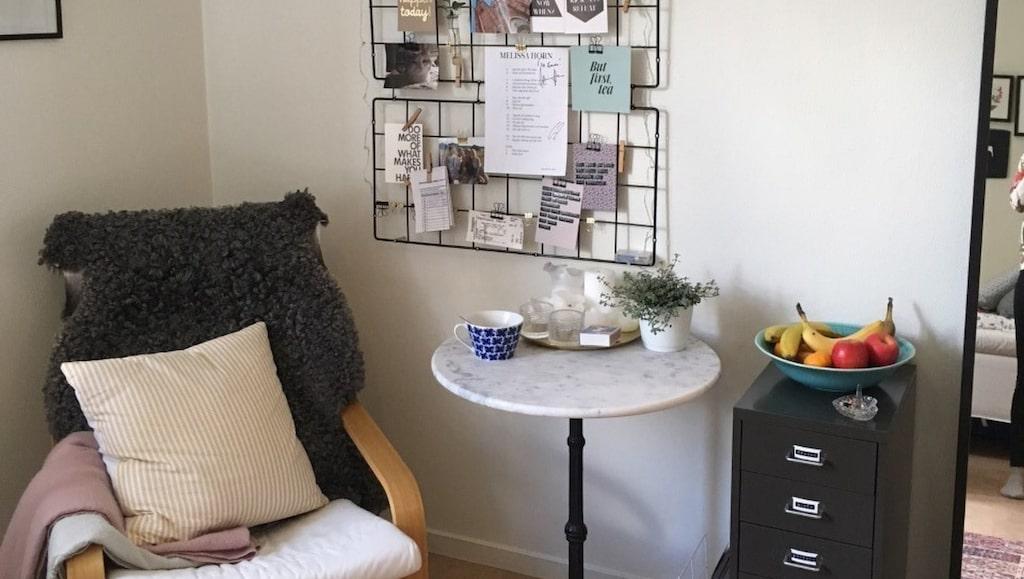 Läshörnan har fått en egengjord anslagstavla där inspirerande vykort och en ljusslinga får plats.