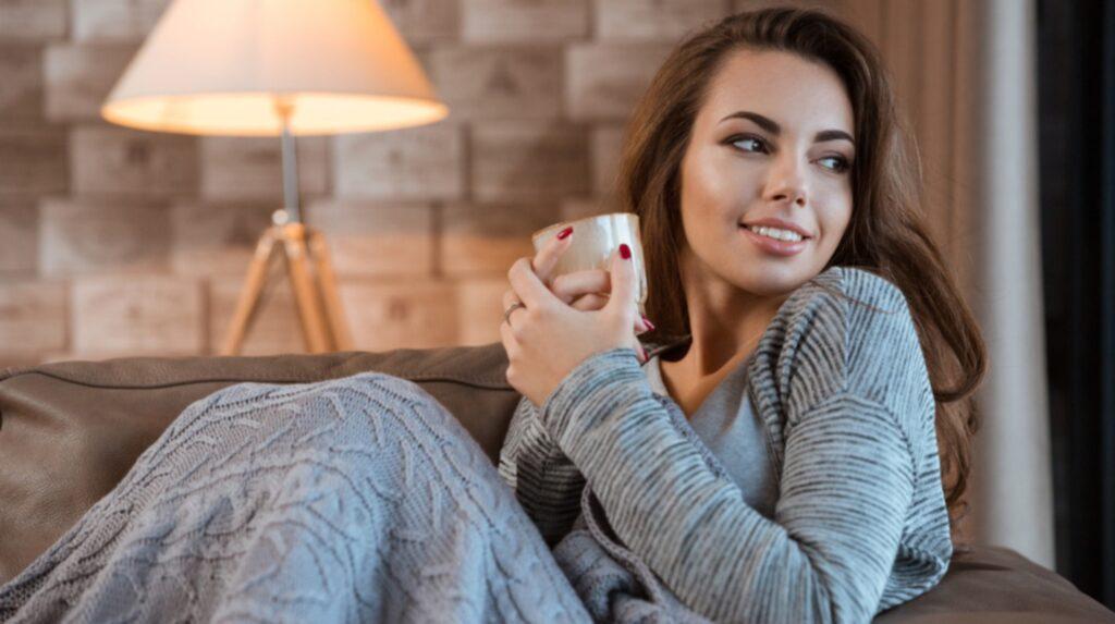 Genom att minska din elanvändning sparar du både in på pengar och miljön. Sänk värmen på elementen och klä på dig lite mer eller svep in dig i en varm filt om du fryser.