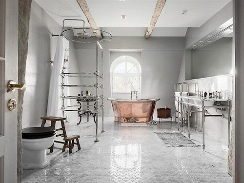 Badrum med marmor och rundspolande dusch i gammaldags stil.