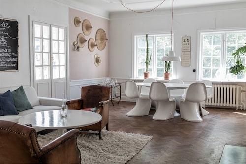 Stråhattar, rottingmöbler och andra naturmaterial återkommer i flera av rummen.