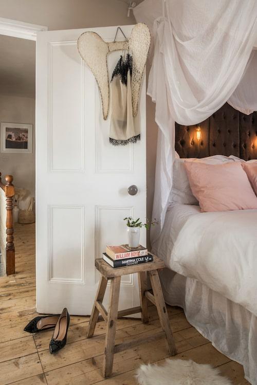 Sänggaveln är gjord av en vikskärm från Åhléns. Pall från CE inne ute.