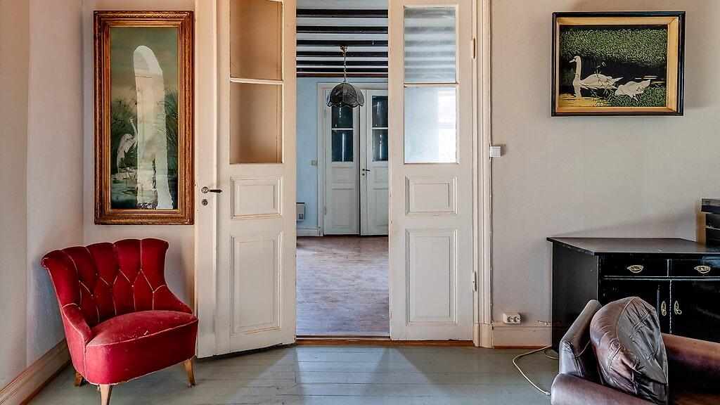 Vackra spegeldörrar med glas mellan de olika rummen.