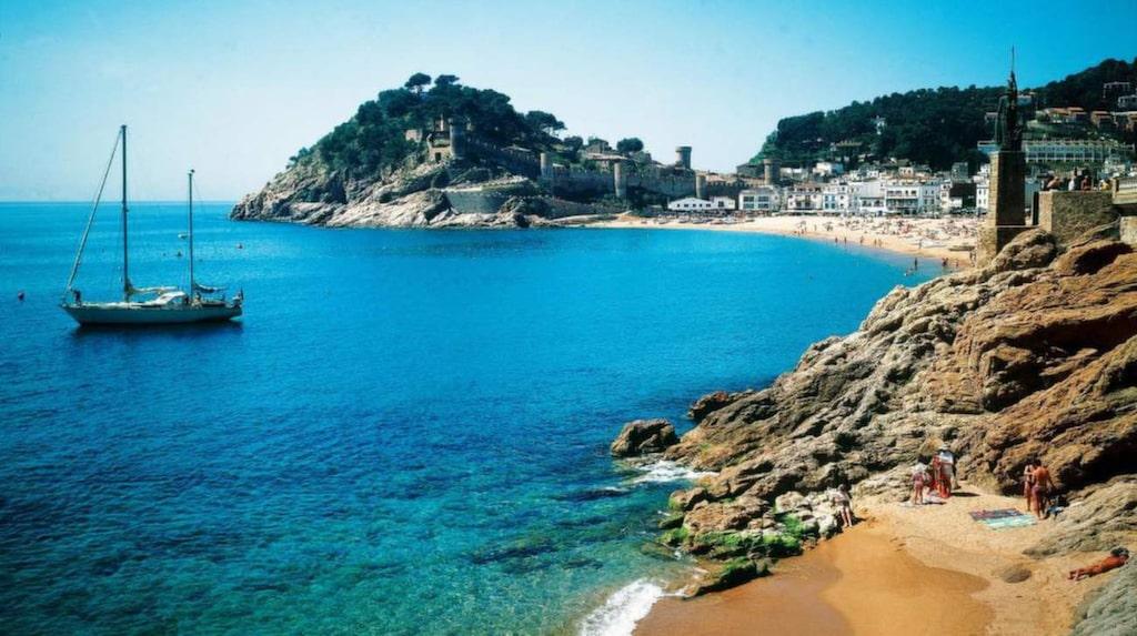 Nära till mysiga badorter. Från Barcelona är det lätt att ta tåget till de många små  badvikarna längs Costa Brava.