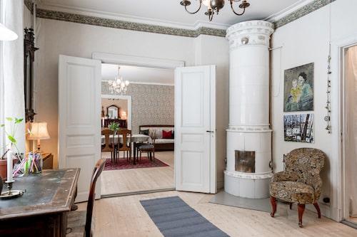 Traditionell äldre planlösning med rum i fil.