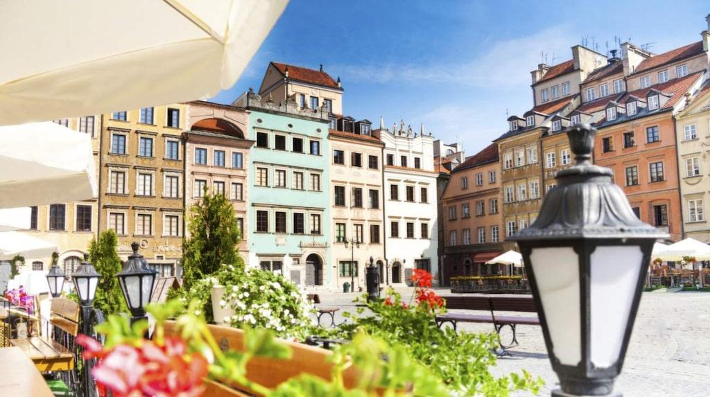 Charmiga byggnader. Uteseveringarna vid Torget Rynek Starego Miasta i gamla stan, är alltid välfyllda. Byggnaderna ser gamla ut, men har stått här i högst 65 år.