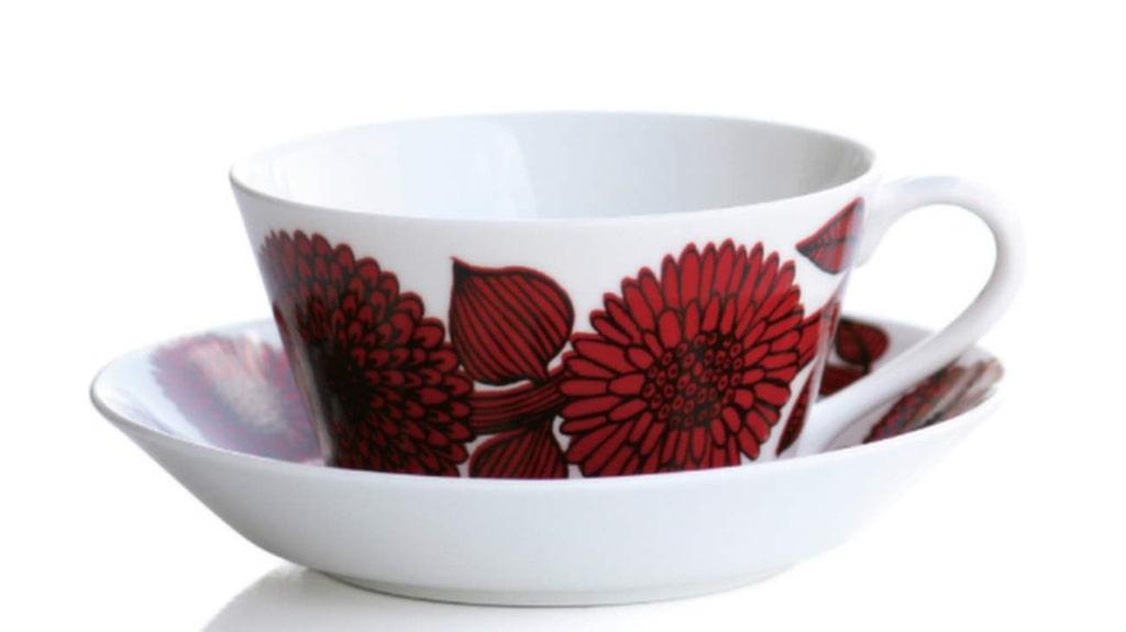 <p>En bra stund hemma är när Maria får dricka te och jobba i lugn coh ro. Tegods Röd aster från Gustavsberg, 890 kronor, Royaldesign.se.</p>