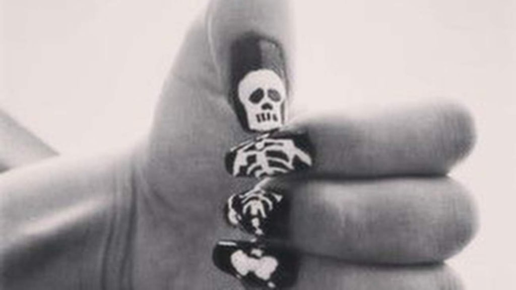 """Den kreativa versionen av skelett-naglar.<br><a href=""""http://www.pinterest.com/pin/372884044122012748/"""">Bildkälla</a>."""