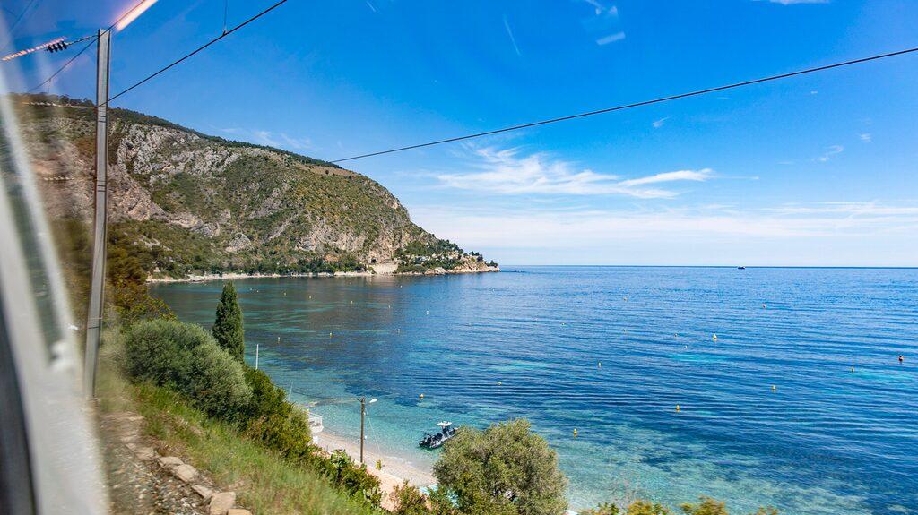 Tågresan mellan Nice och Menton bjuder på grönt kuperat landskap på ena sidan och ett glittrande Medelhavet på den andra.