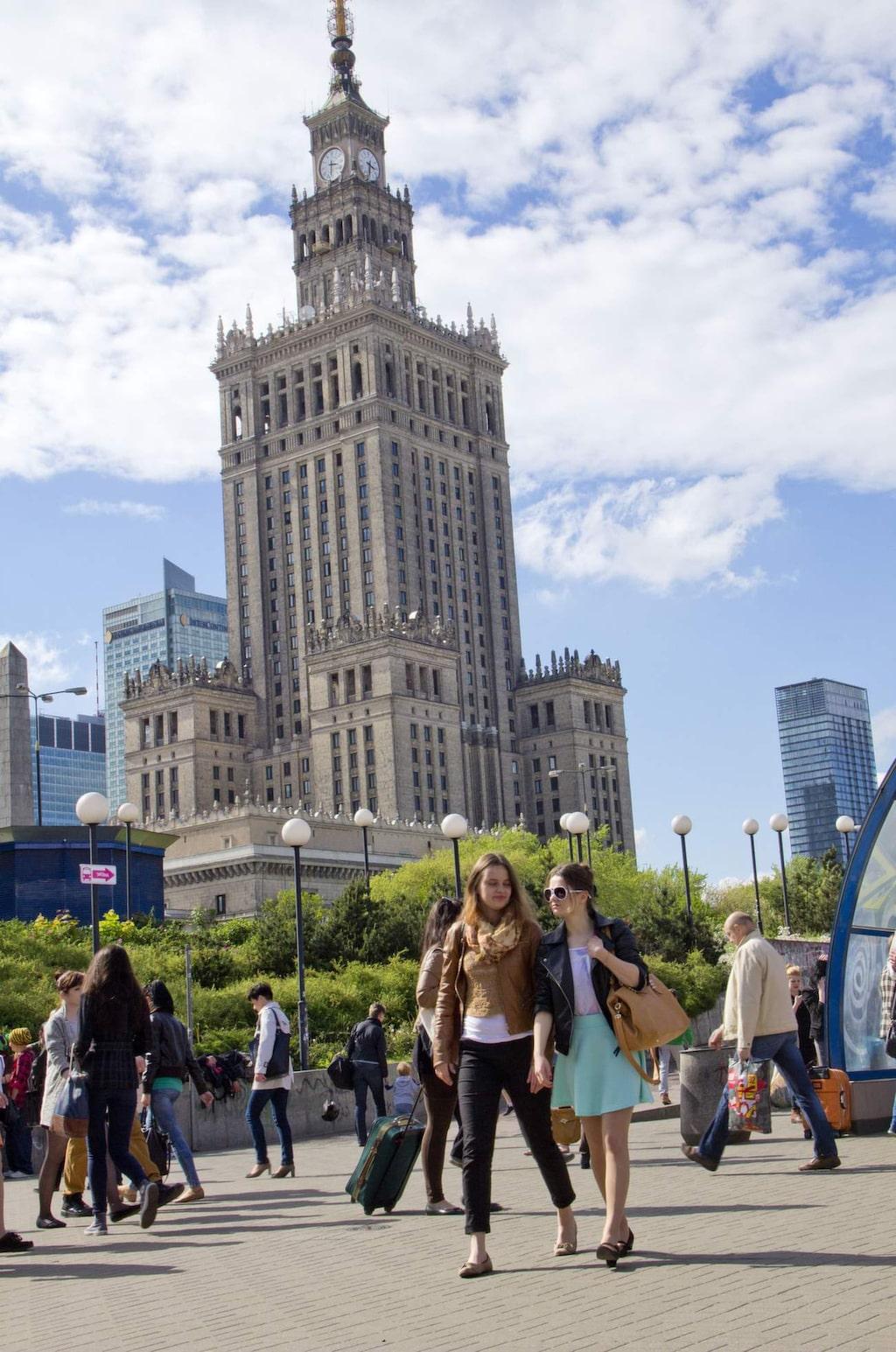 Promanadstråk. Kulturpalatset är Stalins påtvingade gåva till det polska folket. Utsikten från utsiktsterrassen på 30:e våningen är slående.