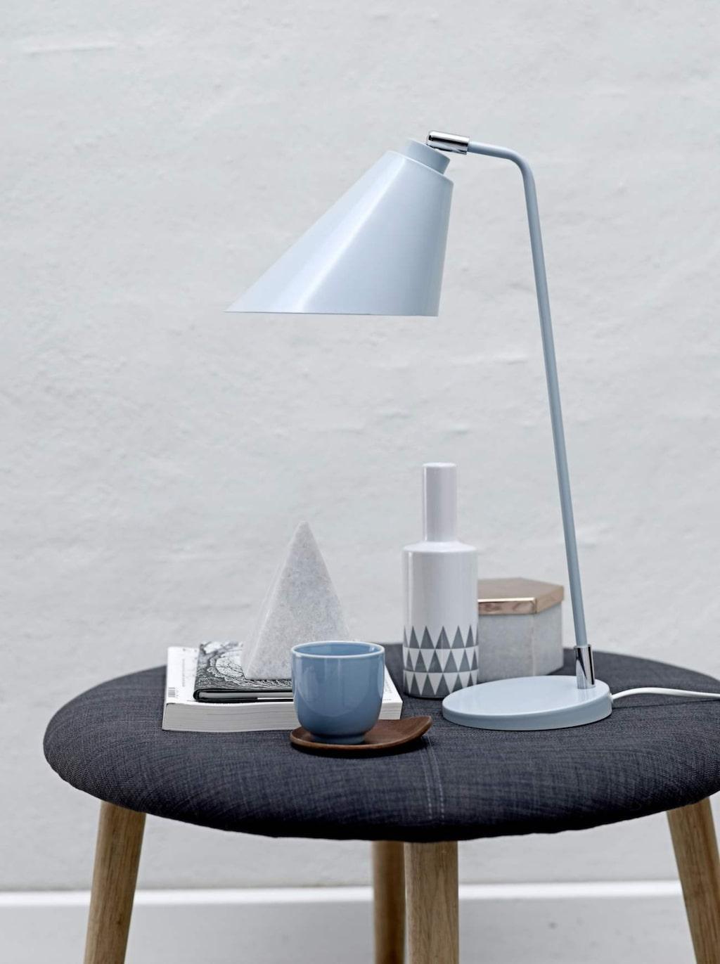 Ton i ton. Inred med fina prylar från Bloomingville i grått, blått och marmor. Ljusblå bordslampa av metall, 1 099 kronor, Designonline.se.
