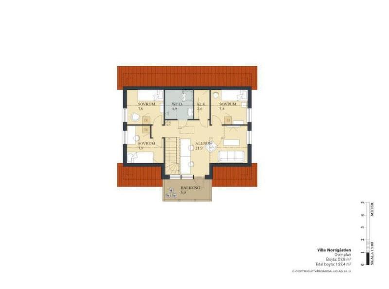 Övervåningen har plats för fyra sovrum om man slopar allrummet. Då finns  ändå utrymme kvar för en arbetshörna mot trappan. Balkongen ger  övervåningen extra volym. De två badrummen är ganska små, men  tvättstugan är fullvuxen.