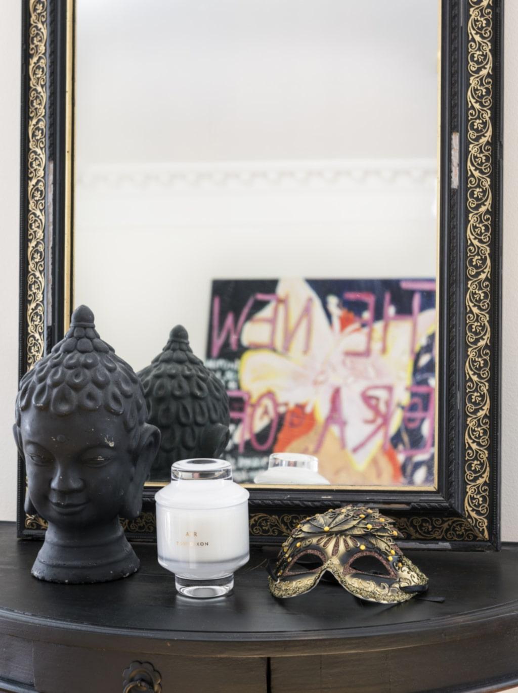 Stilleben. Statyn köpte Tina i en antikhandel i Bangkok. Masken kommer från en gatumarknad i Peking. Ljus från Tom Dixon.