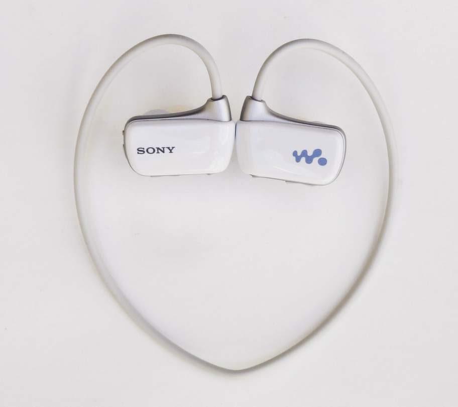 """<exp:icon type=""""wasp""""></exp:icon><br><strong>Sony Walkman, MP3-spelare. NZW-W270, 800 kronor.</strong><br>Sladdlös spelare med 4 GB. 90 minuters speltid. Lätt att föra över filer från Itunes eller Windows Media Player. Vikt: 200 gram.<br>Testad vid simning i öppet vatten och bassäng. Tyvärr dränks det ganska dåliga ljudet av armtagen och kroppens roteringar vid crawl. Spelaren låter som en bra idé för den som vill nöta längder i bassängen. Men tyvärr, den här apparaten var en besvikelse."""