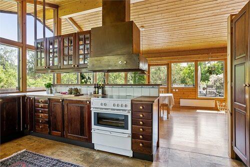 Köket har naturligt ljus från stora glaspartier och dörrar som leder ut till en balkong.
