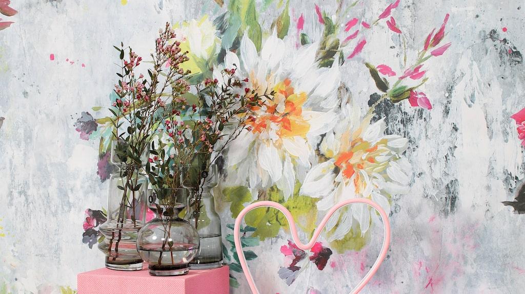 Sideboard, 2 200 kronor, Stilrummet. Rökfärgade glasvaser, 169-220 kronor, Royaldesign. Love-skylt, 179 kronor, Åhléns. Lampa Heart, 399 kronor, Lagerhaus.