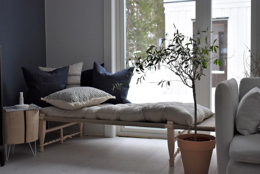 Bordet av en stubbe är egentillverkat. Matta, Hay design. Dagbädd, Skovshoved Møbelfabrik, design - Ole Gjerløv-Knudsen. Kuddar, Ikea/Hay design. Madrass, Ellos. Kruka, Åhléns.