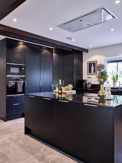 Köket har gjorts om och blivit funktionellt med strama linjer som passar husets stil. Marmorerat golv i hall och kök, Fleury honed, från Bricmate. Kök, Marbodal. Vas, Skultuna.