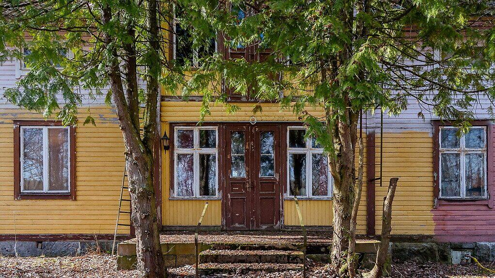Tre olika fasadfärger på husets ena sida...