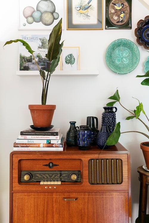 De fina blå keramikvaserna från Västtyskland är alla fyndade på loppis. Radiogrammofonen har Isabelle fått av sin pappa som renoverar och reparerar gamla radioapparater från 1930-1960-talet.