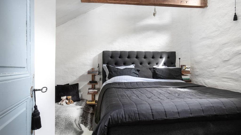 Ett av husets två-tre sovrum.