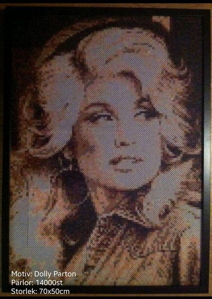 """""""Dolly är min favorit! Det är min stolthet. Hon sitter på min vägg bredvid Elvis"""", säger Aylin Teoman som pärlat i fem år."""
