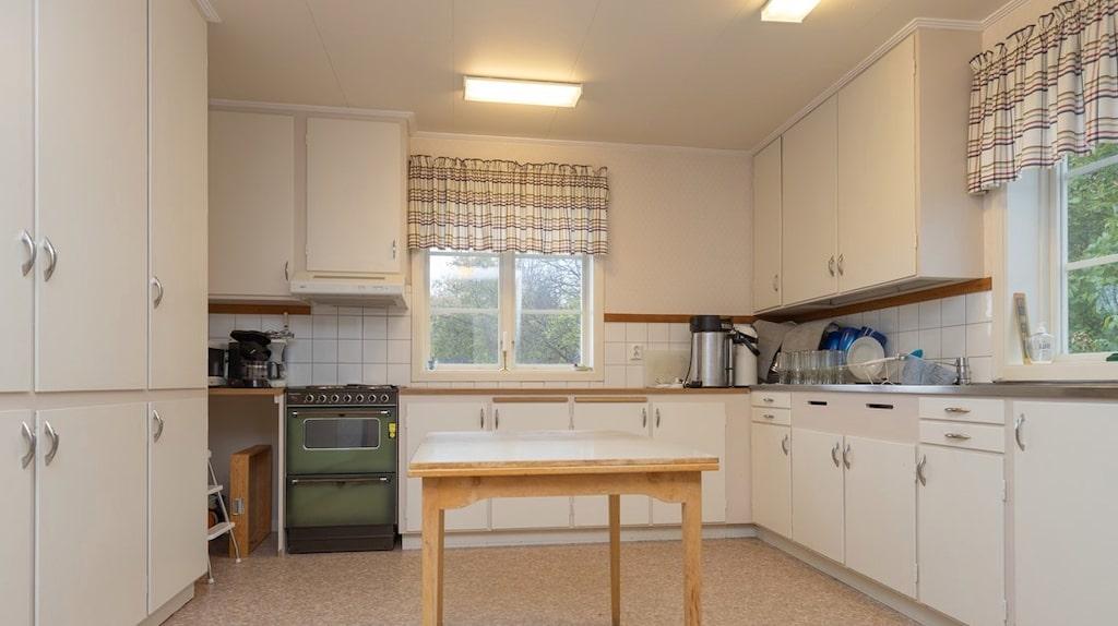 I kyrkan finns två kök, ett som hör till serveringssalen och ett som hör till lägenheten en trappa upp.