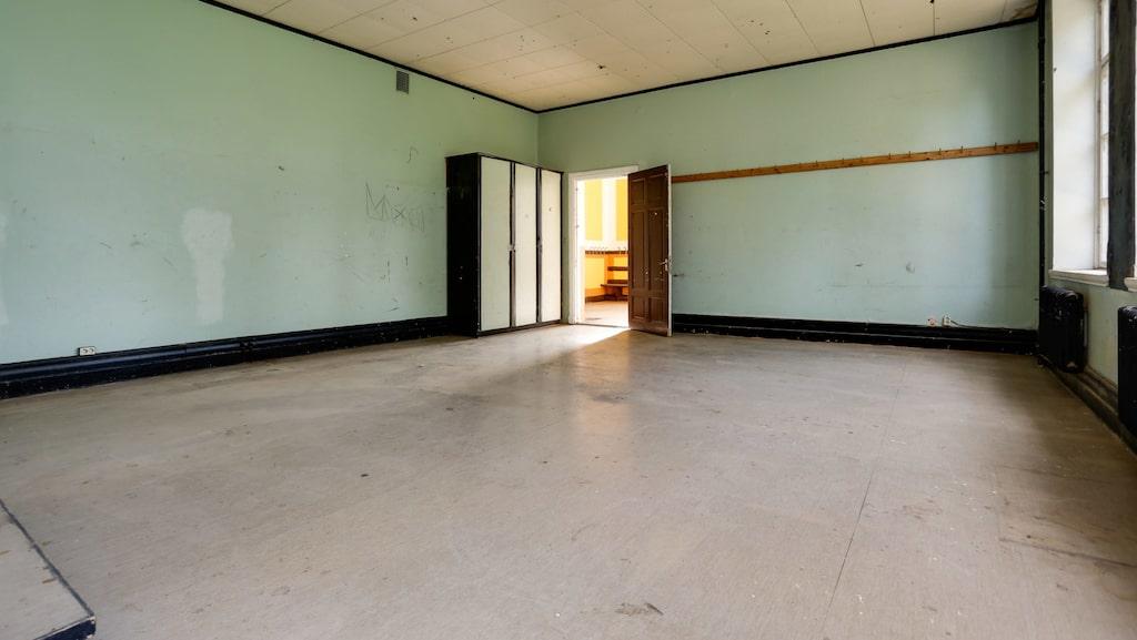 Bevarade klassrum med stor rymd.