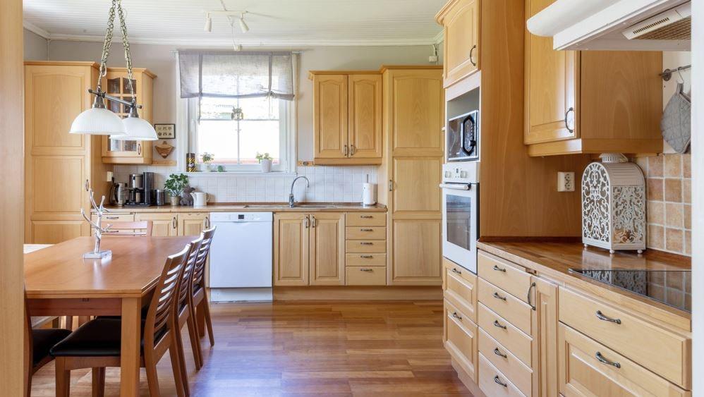 Köket går i ljusbrunt trä.
