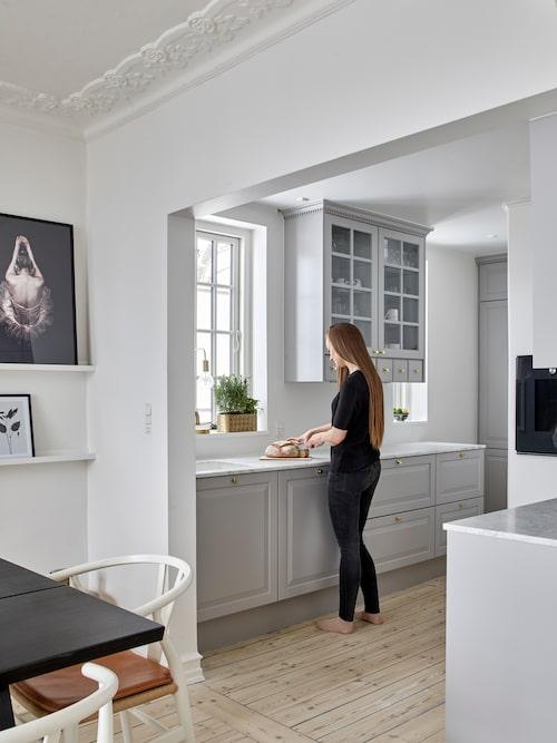 Första gången paret renoverade köket lät de sätta in ett stramt kök i vitt, men trivdes aldrig med det. Nu har de ett ljusgrått kök i sekelskiftesstil från Invita i stället.