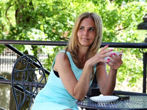 """YOGA. """"Jag måste träna för att stärka rygg och nacke. Men det gäller att vara försiktig, tar jag i för mycket kan det ha motsatt effekt. Jag tränar styrketräning med väldigt lätta vikter och kompletterar med yoga. Jag försöker träna fem dagar i veckan, eftersom det hjälper mig så mycket"""", säger Lena Bergström."""