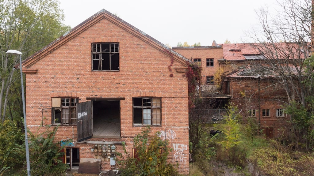 Den gamla fabriken ligger i Heby och var ett snickeri i nästan 100 år. Nu säljs den nedgångna fabriken.