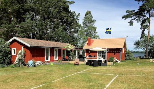 Måns Zelmerlöw köpte sommarstället på Gräsholmen utanför Ekerö för några år sedan.