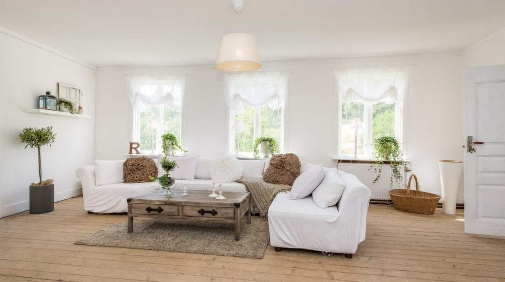 Vardagsrum med gammalt trägolv.