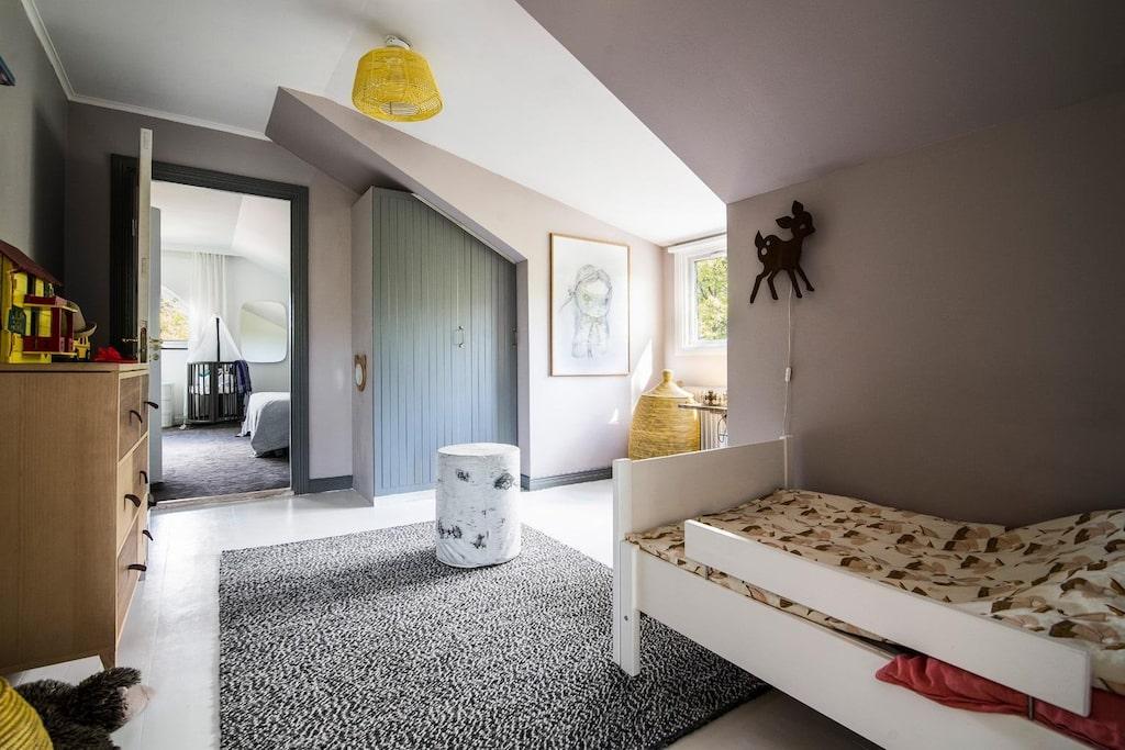 Trevligt barnrum med inbyggd garderob samt plats för säng, byrå och skrivbord. Genomgångsrum från vardagsrum eller master bedroom.