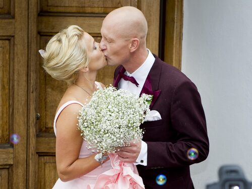 Tina Nordström gifte sig med maken Martin i Glumslövs kyrka.