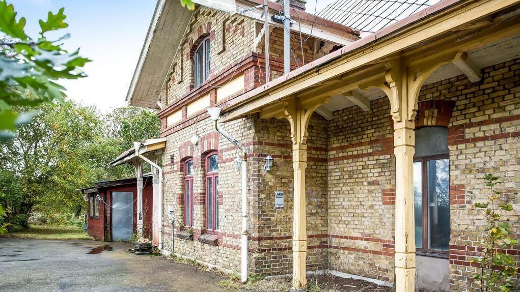 Nu har du chansen att flytta in i ett historiskt stationshus...