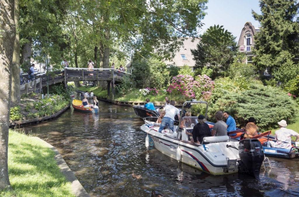 <p>Giethoorn är ett av Nederländernas större turistmål och tar årligen emot 200 000 turister bara från Kina.</p>