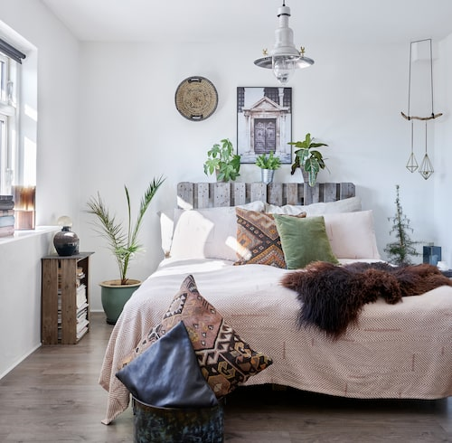 Sovrummet är lika ljust som ombonat. Överkastet kommer från Semi Basic och kelimkuddarna från Ilva. Grön velourkudde från Bahne. Läderkudden har Fie gjort själv.