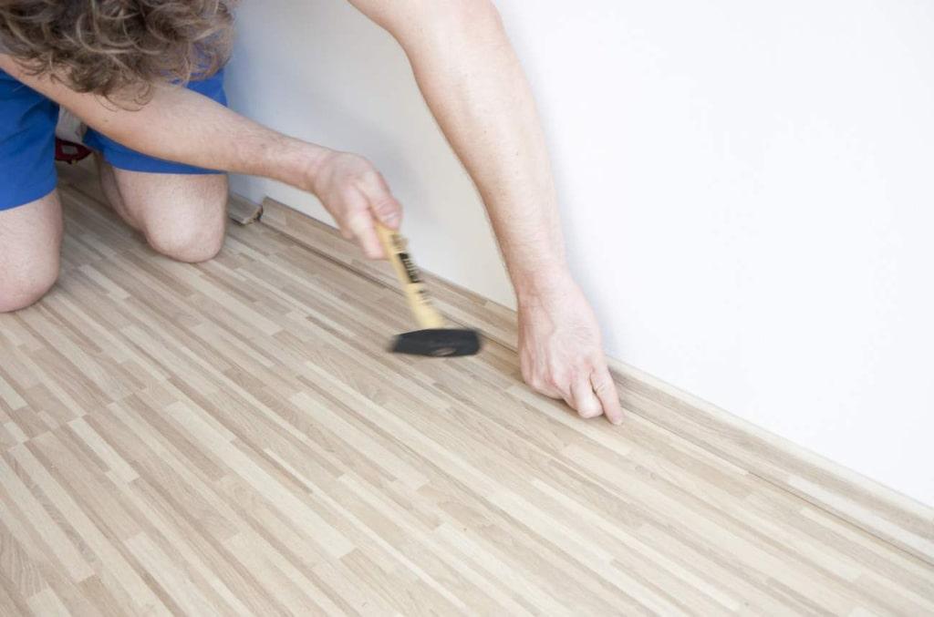 Parkettgolv är ett bra val av golv som fungerar i alla rum, utom i badrummet eftersom det inte tål för mycket väta. Parketten är enkel att lägga. Allt du behöver göra är att klicka ihop plankorna.